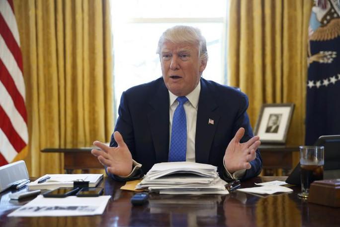 Tổng thống Donald Trump trong cuộc phỏng vấn với Reuters trong phòng Bầu Dục, Nhà trắng hôm 23-2. Ảnh: Reuters