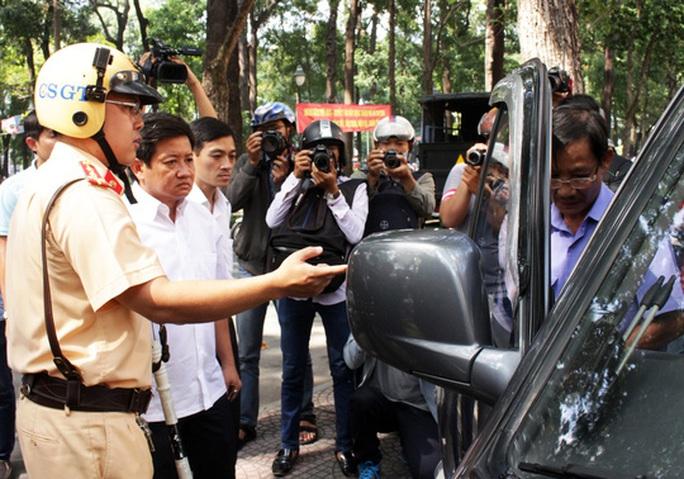 Trên đường Hàn Thuyên (phường Bến Nghé, quận 1), ông Hải phát hiện chiếc ô tô biển xanh đậu sai quy định liền chỉ đạo xử lý.