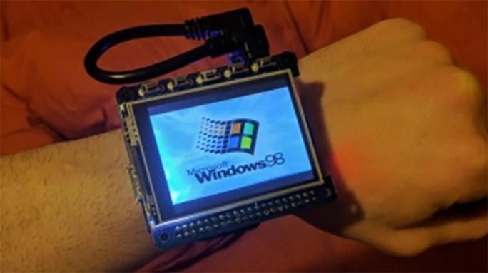 Chiếc đồng hồ tự chế vận hành khá mượt mà trên nền tảng Windows 98. Ảnh: Gizdomo.