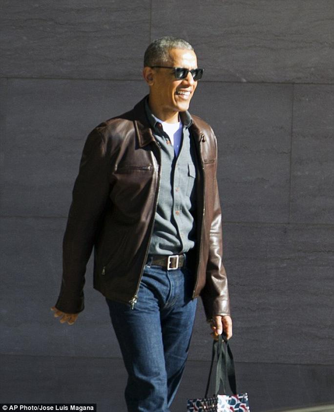 Trông ông Obama có vẻ thoải mái, không hề bị ảnh hưởng bởi các cáo buộc của ông Trump. Ảnh: AP