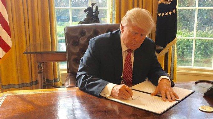 Hình ảnh ông Trump ký sắc lệnh nhập cư mới được Nhà Trắng công bố. Ảnh: Twitter