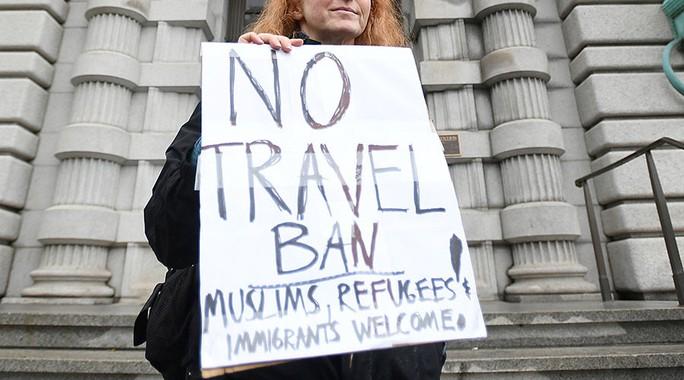 Biểu tình phản đối sắc lệnh nhập cư cũ của ông Trump. Ảnh: Reuters