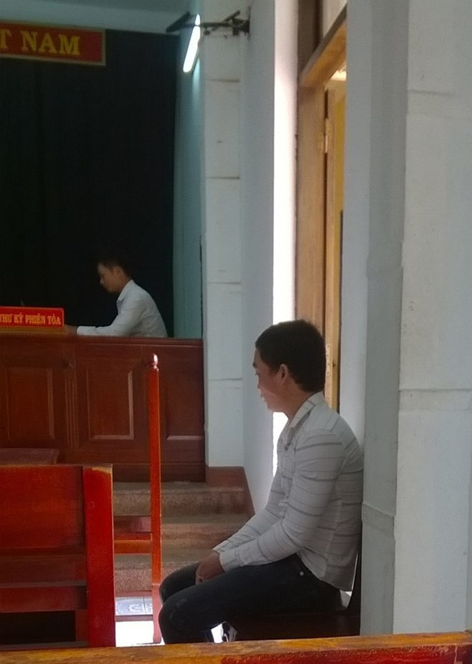Bị cáo ngồi bần thần trong lúc chờ tòa nghị án