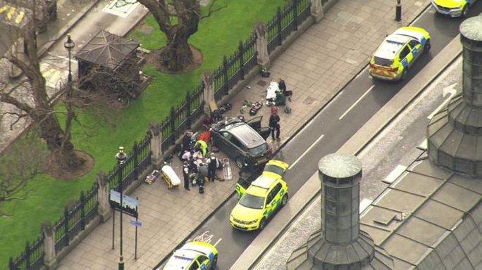 Chiếc xe lao vào khách bộ hành gần tòa nhà Quốc hội Anh. Ảnh: BBC