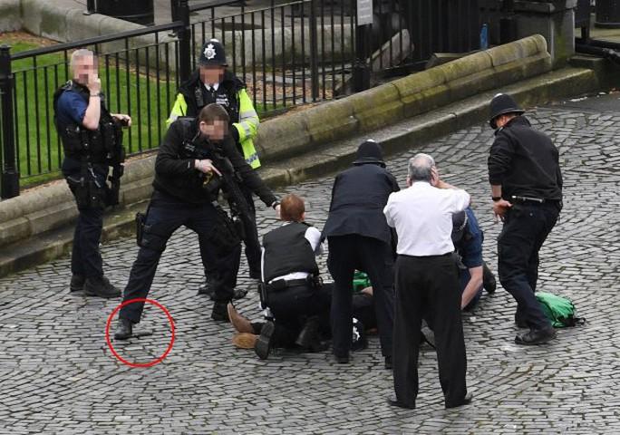 Con dao mà nghi phạm sử dụng (khoanh đỏ) nằm trên đường. Ảnh: PA