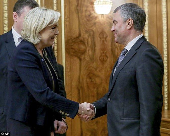 Chủ tịch quốc hội Nga Vyacheslav Volodin đón tiếp bà Le Pen. Ảnh: AP