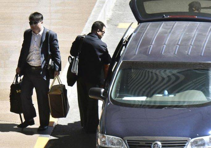 Hai nghi phạm Triều Tiên Hyon Kwang Song (phải), bí thư thứ hai của đại sứ quán Triều Tiên tại Kuala Lumpur, và Kim Uk Il, nhân viên hãng hàng không Triều Tiên, đến sân bay Bắc Kinh hôm 30-3 trước khi bay tiếp về nước. Ảnh: Reuters