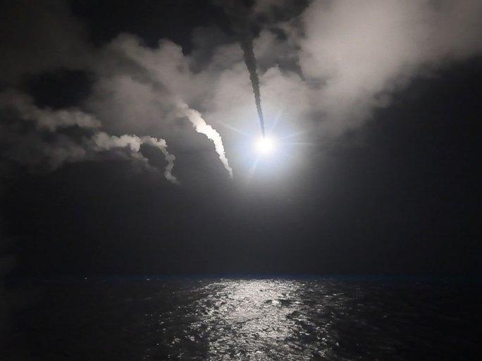 Tên lửa Tomahawk phóng đi từ tàu USS Porter hôm 6-4. Ảnh: Bộ Quốc phòng Mỹ
