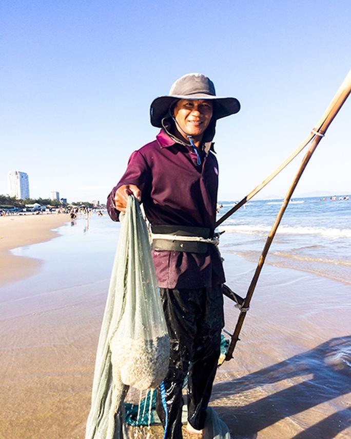 Niềm vui của anh Nguyễn Văn Thảo sau mẻ cào được chừng 5kg ốc móng tay.