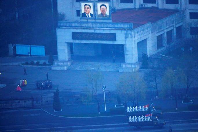 Xe tải quân sự đưa binh sĩ đi qua trung tâm Bình Nhưỡng trước hoàng hôn khi thủ đô của Triều Tiên đang chuẩn bị một lễ diễu binh kỷ niệm 105 năm ngày sinh của Lãnh tụ Kim Nhật Thành. Ảnh: Reuters