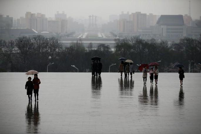 Bình Nhưỡng mưa nhẹ dịp lễ Ngày Ánh Dương. Ảnh: Reuters