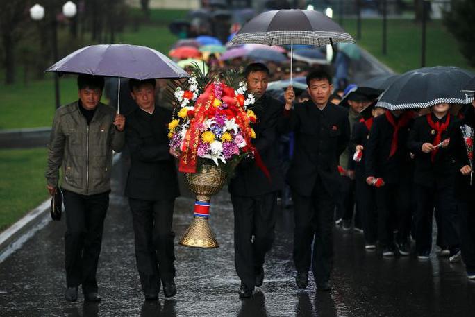 Dâng hoa tưởng nhớ các lãnh đạo Triều Tiên. Ảnh: Reuters