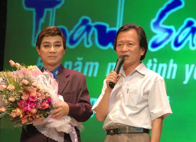 Tác giả Lê Duy Hạnh chúc mừng NSƯT Thanh Sang trong chương trình vinh danh ông 50 năm một tình yêu nghệ thuật tại Nhà hát TP
