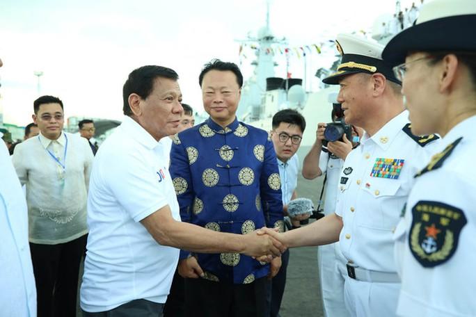 Cùng đi với ông Duterte là Đại sứ Trung Quốc Triệu Kiến Hoa. Ảnh: Rappler