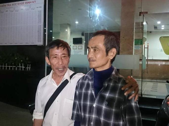 Ông Huỳnh Văn Nén (phải) đang từng ngày chờ tiền bồi thường oan sai