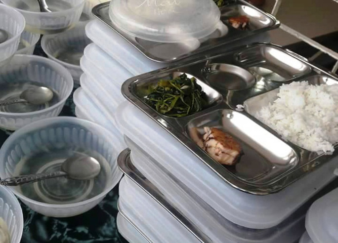 Xôn xao suất ăn có miếng cá thu, vài cọng rau của học sinh tiểu học - Ảnh 1.