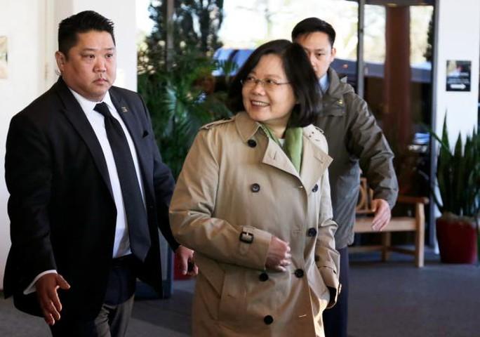 Lãnh đạo Đài Loan Thái Anh Văn xuất hiện ở khách sạn Omni ở TP Houston hôm 7-1. Ảnh: REUTERS