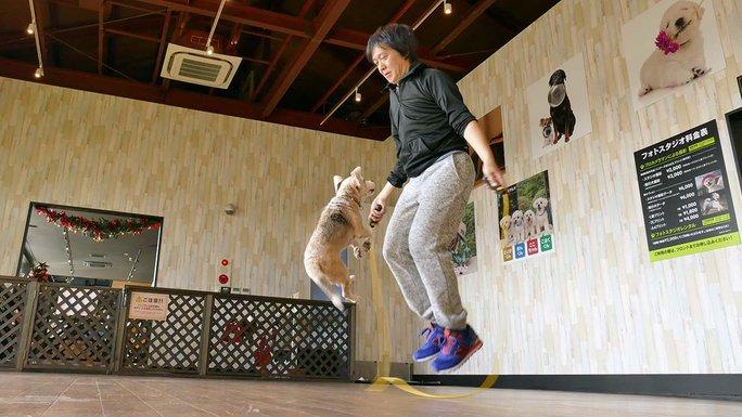 Anh Makoto Kumagai và chó cưng Purin đã lập kỷ lục nhảy dây mới. Ảnh: Guinness World Records