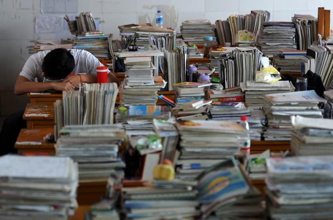 Một học sinh ở TP Hợp Phì gục bên sách vở khi học ôn thi đại học. Ảnh: REUTERS