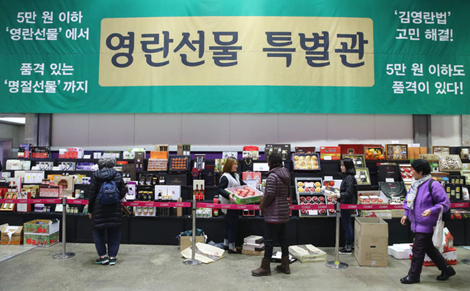 Các cửa hàng bách hóa đều tung ra các gói quà có giá dưới 50.000 won. Ảnh: KOREA TIMES