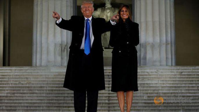 Ông Donald Trump và vợ Melania tại Đài tưởng niệm Lincoln, thủ đô Washington – Mỹ hôm 19-1. Ảnh: Reuters