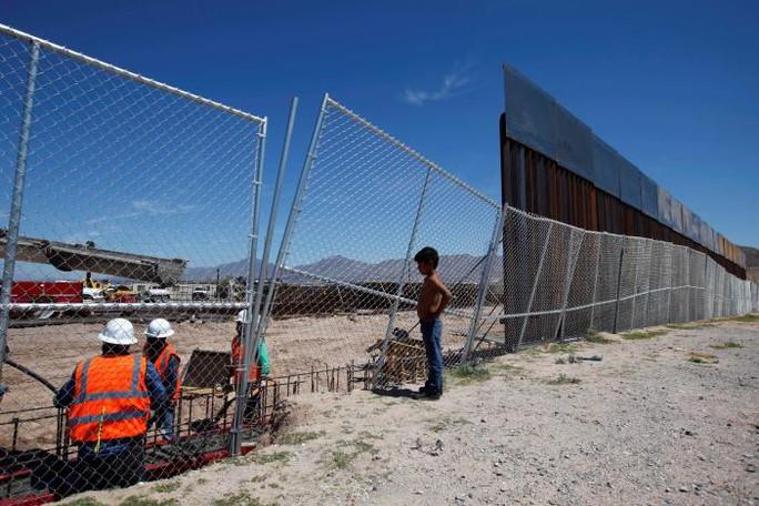 Các công nhân xây dựng một phần bức tường biên giới giữa Mỹ- Mexico. Ảnh: Reuters