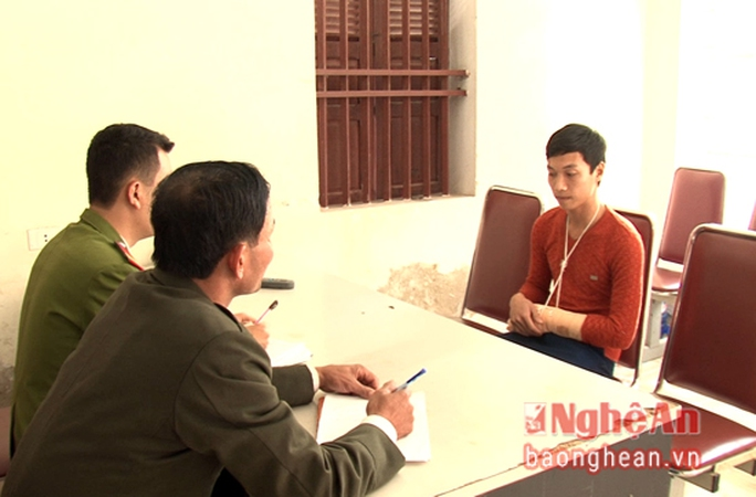 Công an lập biên bản việc em Nguyễn Quang Cương sử dụng pháo trái phép bị thương