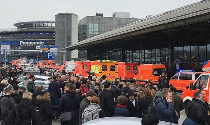 Hành khách được sơ tán khỏi sân bay. Ảnh:Twitter