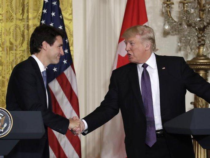Ông Trudeau và ông Trump bắt tay mạnh mẽ. Ảnh: AP