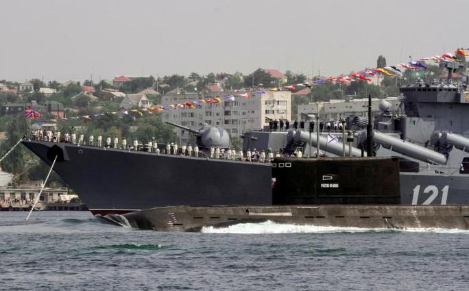 Tàu ngầm Rostov-On-Don đi qua tàu tuần dương tên lửa Moskva trong ngày kỷ niệm của Hải quân Nga ở Sevastopol - Crimea tháng 7-2016. Ảnh: REUTERS