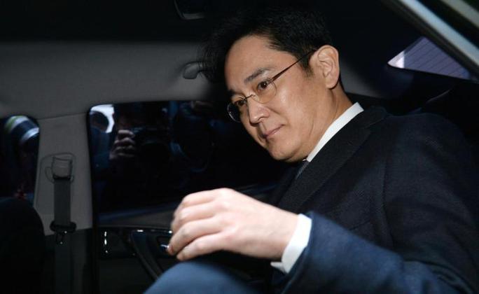 Ông Lee Jae-yong sau cuộc thẩm vấn hôm 16-2. Ảnh: REUTERS