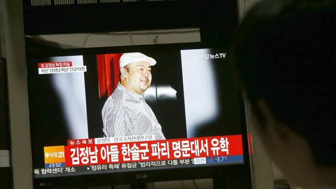 Truyền hình Hàn Quốc đưa tin về cái chết của ông Kim Jong-nam. Ảnh: EPA