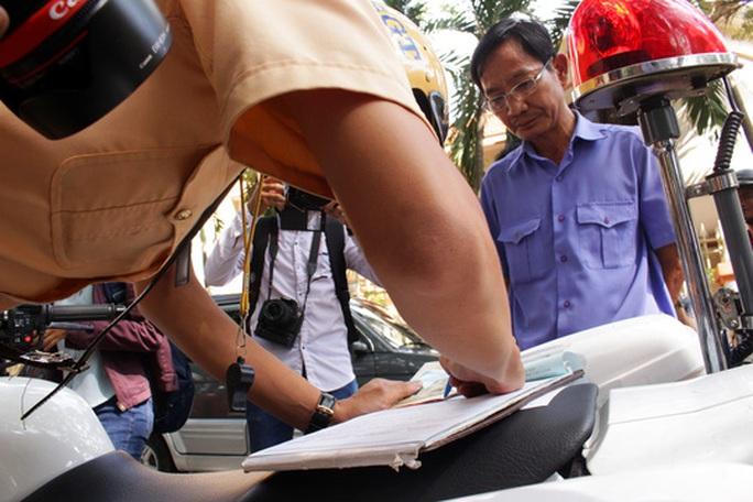 Người tài xế lái chiếc xe này thừa nhận hành vi vi phạm và ký biên bản xử phạt.