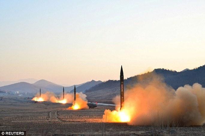 Báo Rodong Sinmun của đảng Lao động Triều Tiên công bố các hình ảnh về các vụ thử nghiệm tên lửa đạn đạo hôm 6-3. Ảnh: REUTERS