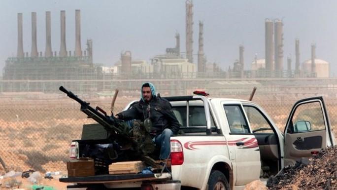 Phiến quân chống chính phủ có mặt ở một nhà máy lọc dầu ở Ras Lanouf, phía đông Libya. Ảnh: AP