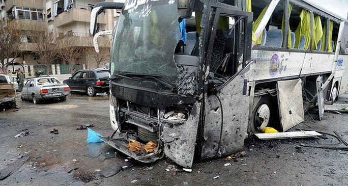 Chiếc xe buýt bị phá hủy tại hiện trường vụ đánh bom ở Damascus ngày 11-3. Ảnh: EPA