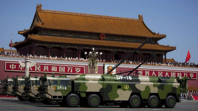 Xe quân sự chở tên lửa đạn đạo DF-16 trong cuộc diễu binh ở thủ đô Bắc Kinh – Trung Quốc. Ảnh: AP
