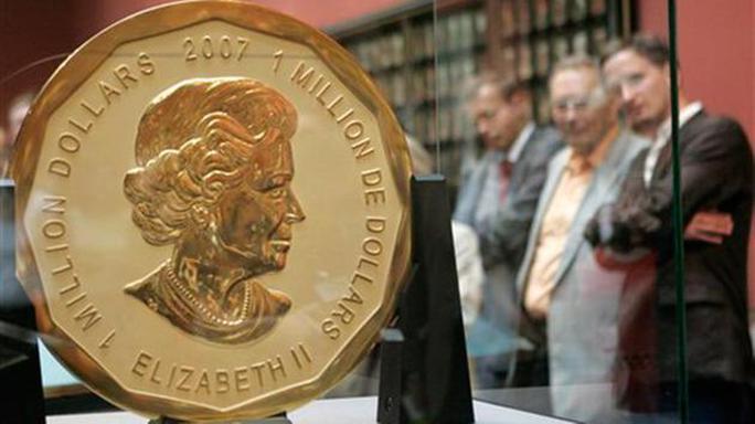 Khách tham quan chiêm ngưỡng đồng tiền vàng lớn nhất và đắt nhất thế giới Big Maple Leaf. Ảnh: AP