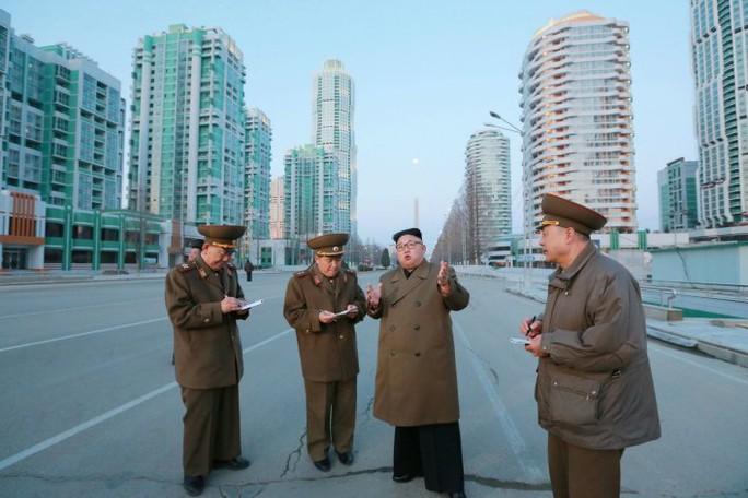 Ông Kim Jong-un hồi đầu tháng này cho biết Triều Tiên đã tiến hành vụ thử một động cơ mới tại bệ phóng tên lửa Tongchang-ri. Ảnh: REUTERS