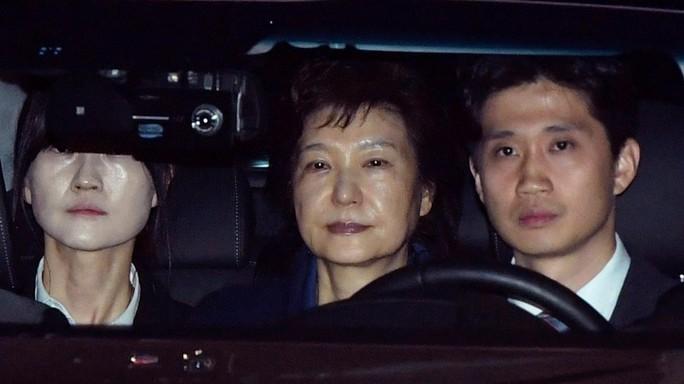 Cựu tổng thống Park Geun-hye được áp giải tới trung tâm giam giữ Seoul ngày 31-3. Ảnh: AP