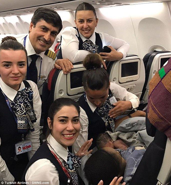 Các thành viên phi hành đoàn giúp đỡ một phụ nữ sinh con trên máy bay. Ảnh: Turkish Airlines