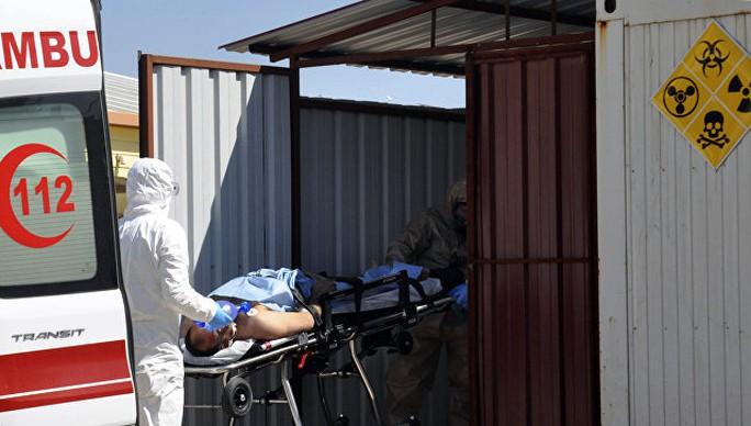 Một người bị thương trong vụ tấn công bằng vũ khí hóa học hôm 4-4 ở tỉnh Idlib. Ảnh: AP