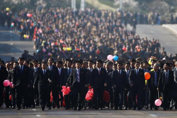 Hàng ngàn người có mặt từ sớm tham dự sự kiện. Ảnh: Reuters