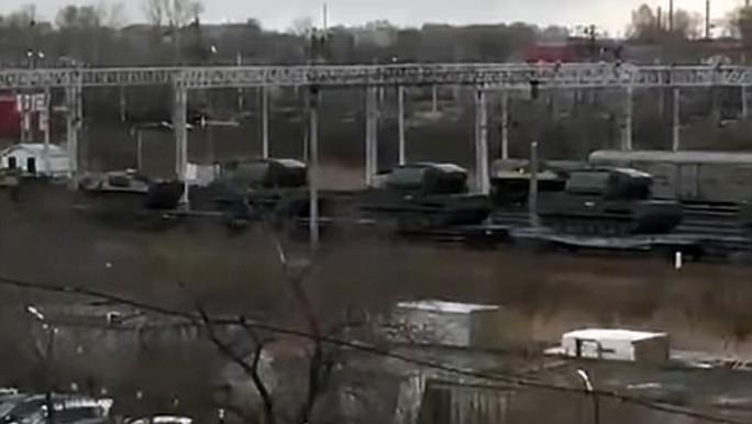 Xe tăng Nga được vận chuyển bằng đường sắt tới khu vực biên giới Đông Nam. Ảnh: DAILY MAIL