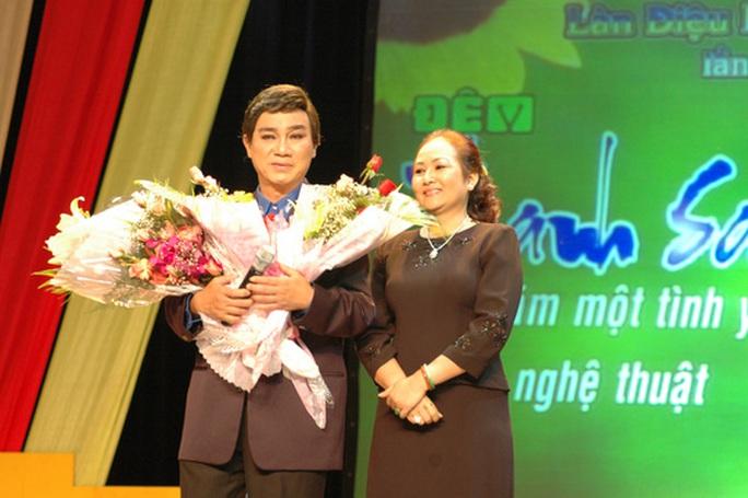 NSƯT Thanh Sang và vợ trong đêm vinh danh ông tại Nhà hát TP