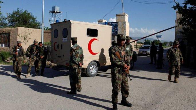 Binh lính trở thành mục tiêu trong vụ tấn công căn cứ quân sự ở Mazar-e Sharif. Ảnh: REUTERS