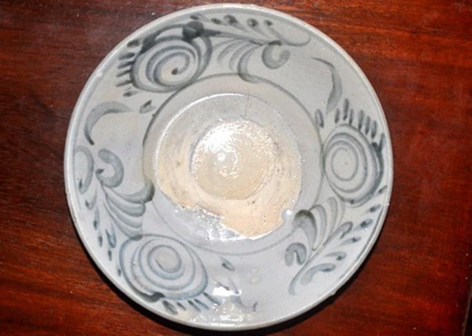 Chiếc đĩa gốm này được người dân vớt năm 2012, có niên đại thế kỷ XVII.