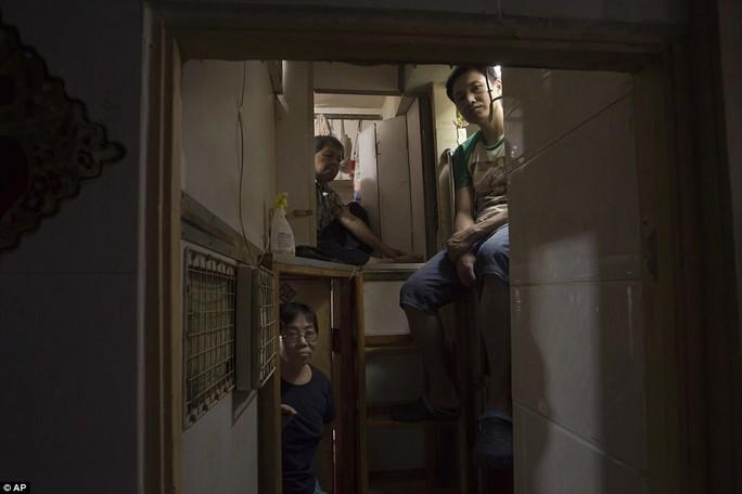 """Dễ sợ """"nhà hòm"""" ở Hồng Kông - Ảnh 1."""