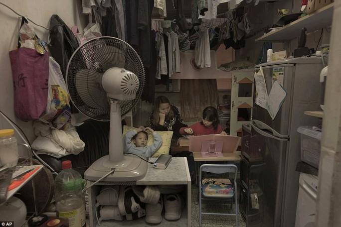 """Dễ sợ """"nhà hòm"""" ở Hồng Kông - Ảnh 2."""