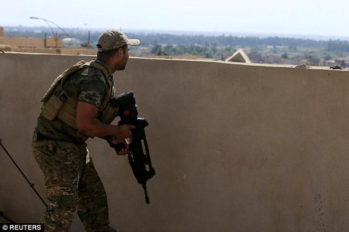 Lính bắn tỉa hạ gục tay súng IS từ khoảng cách 2,4 km - Ảnh 2.